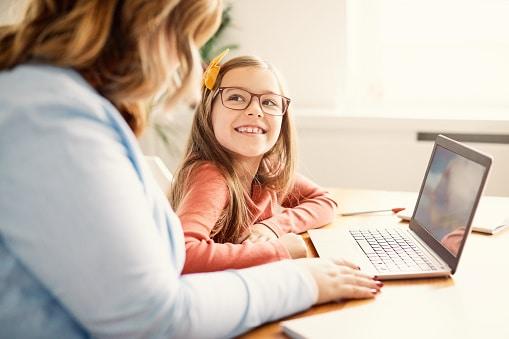 5 tipp, hogyan segítsd gyermeked, hogy az internetezést fejlődésre használja